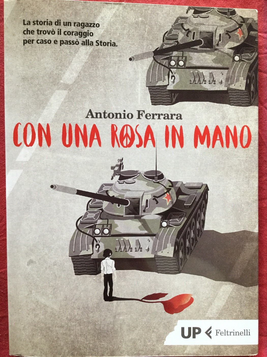 Con una rosa in mano | Antonio Ferrara | Feltrinelli - Galline Volanti
